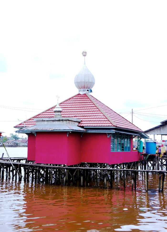 Red surau: This little red mosque adds vibrancy to the scene. (Photo by Icha Rahmanti)