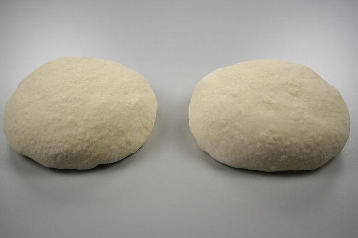 Gæren opløses i det lunkne vand, og der tilsættes salt og olie. Hvedemelet og durum blandes sammen, og tilsættes lidt efter lidt. Dejen æltes godt. Den skal være våd, men ikke klistret. Herefter skal