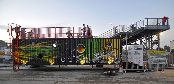 """HUB 01 é um terminal móvel de habitação, encomendado por Katho, uma academia católica em Courtrai. Ele foi desenvolvido pelo dmvA e Office A3 e apresentado durante a Bienal Internacional """"Interieur"""". O conceito é baseado em três princípios; 'mobilidade', 'quartos personalizados para estudantes' e 'design educação'."""