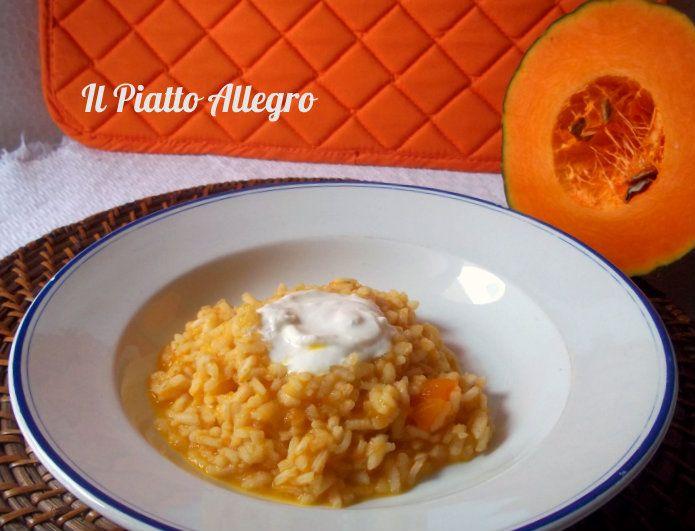Il risotto di zucca con cuore di stracciatella è un gustoso primo piatto colorato dall'arancio della zucca e arricchito da un cuore filante.