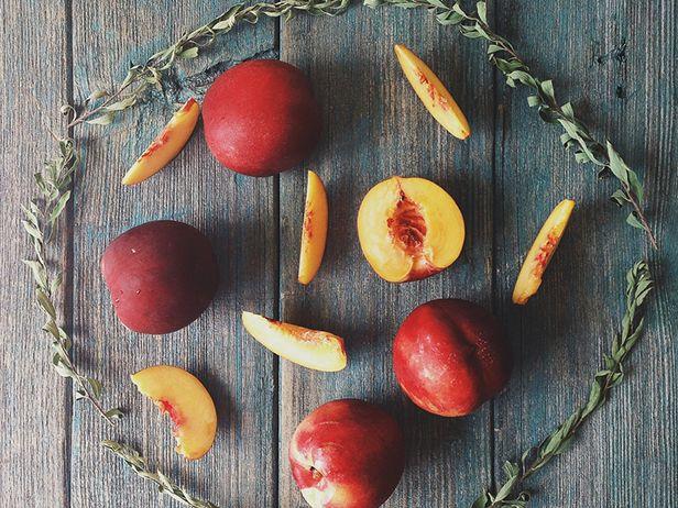 Salada de Pêssego e Tomate com Vinagrete Agridoce Sulista, Pecãs e Queijo de Fazenda - Food Network