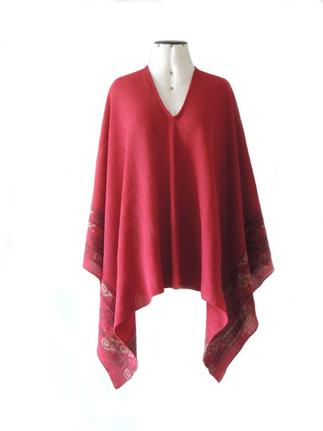 Cape / poncho red jacquard knitted beige / gray pattern made in 100% baby alpaca. Ideal for autumn, winter and spring this beautifully executed poncho, made of luxury baby alpaca with ethnic pattern on the board.