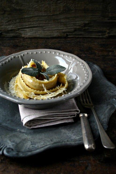 Sedano rapa e poco altro per una ricetta perfetta per rendere strepitose le pappardelle Lo Scoiattolo ripiene ai funghi.
