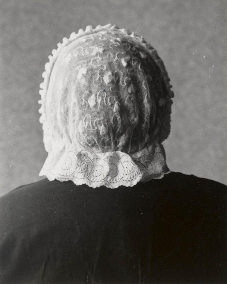 Vrouw uit Seerijp in Terschellinger streekdracht. De vrouw is gekleed in de zondagse dracht of opknapdracht. Ze draagt de 'driestrokenmuts''. Deze muts bestaat uit een bol, voorstrook en achterstrook. De voorstrook bestaat uit drie gepijpte tule stroken met daarachter een rand, gevormd door twee dooreengevlochten witte bandjes, de zgn. 'dopkes'. De achterstrook, het zgn. 'nekje', is gemaakt van Engels borduurwerk. 1950 #Terschelling