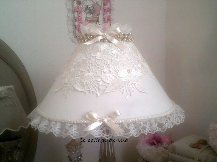 Abat -jour, shabby romantique, , et son plastron ancien de guipure. : Luminaires par le-cottage-de-lisa