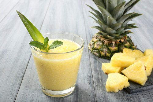 Sabroso smoothie de aguacate y piña para energizarse y combatir la retención de líquidos