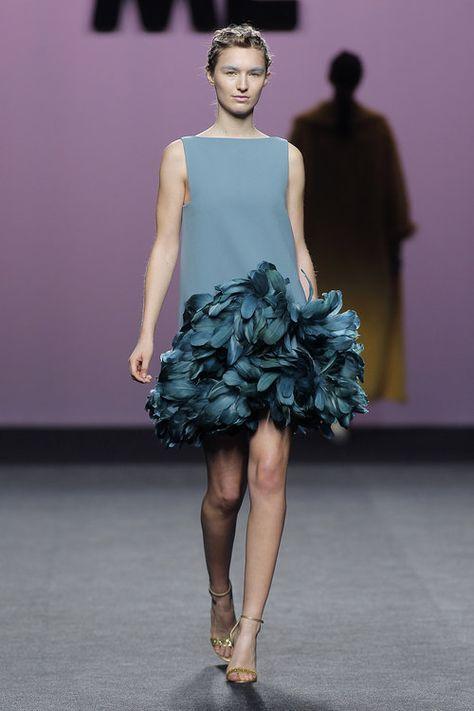 Crepe dress with goose feathers. Vestido de crepe con plumas de oca. #crepedress #greendress #feathersdress #vestidoplumas #marcosluengo #hautecouture #modaespañola #madeinspain