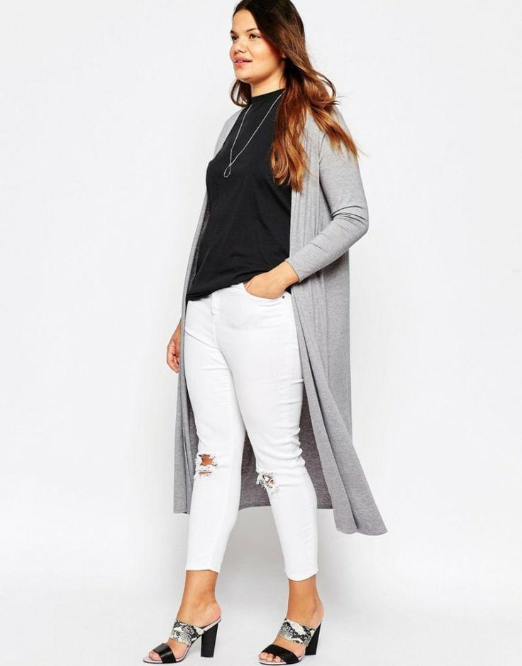 Lagenlook-Mode-grosse-groessen-lange-graue-strickjacke-weisse-zerrissene-jeans-schwarzes-shirt-sandale-offener-ferse