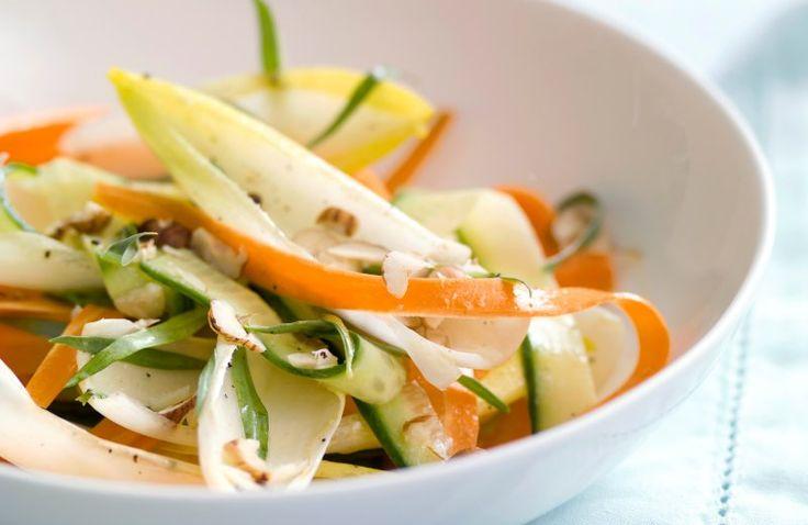 Witlofsalade met wortel, komkommer en hazelnoot