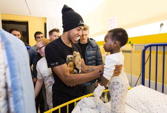 Jugadores del Borussia Dortmund y su buen corazón