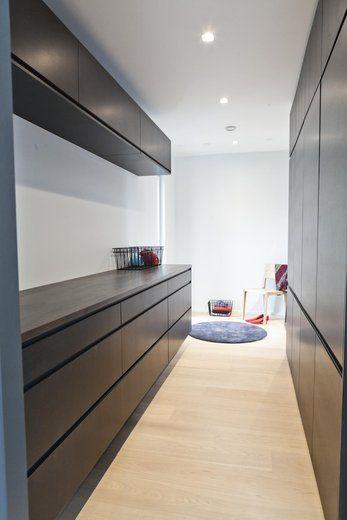 Mustat kaapit tuovat ilmettä vaatehuoneeseen, lisää ideoita omakotitalon suunnitteluun www.lammi-kivitalot.fi