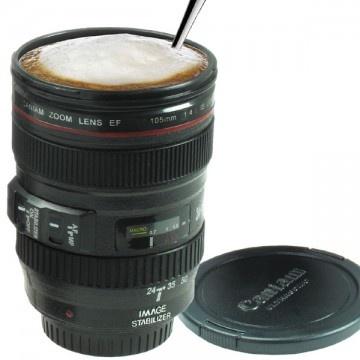 Sin duda, un gran regalo para un aficionado a la fotografía.  Esta taza tiene la forma de un típico objetivo de cámara Canon. Con todos sus botoncitos, pulsadores, roscas, dibujitos... una réplica perfecta.  Incluso tiene la tapa para conservar el calor del café con leche.  [15,90€]