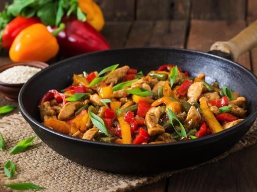 sauce soja, riz, gingembre, poivron rouge, blanc de poulet, citron, ail, coriandre, poivron
