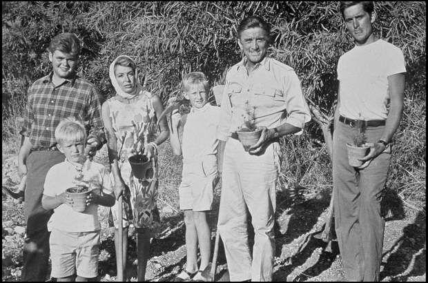 Kirk, ses 2 fils ainés d'un 1er mariage -dont Michael-, safemme Anne et leurs 2 fils ensembleARCHIVES - KIRK DOUGLAS, SA FEMME ANNE ET SES FILS MICHAEL ET JOEL (FILS DE SA PREMIERE FEMME DIANA), ERIC ET PETER (FILS D' ANNE) DANS LES ANNEES 1960
