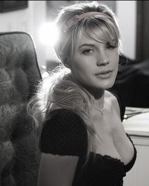 One of my favorite pics of Katee Sackhoff. I love her hair and dress!! :D