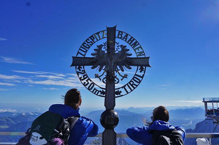 Am 5.7.1926 wurde die Tiroler Zugspitzbahn zum ersten Mal in Betrieb genommen. Von der Tiroler Zugspitz Arena hat man die Möglichkeit 4- Länder zu sehen. Österreich,Italien, Deutschland und die Schweiz. Wer möchte sich sowas schon entgehen lassen?   Mehr Infos: http://www.alpen-guide.de/artikel/tiroler-zugspitze-4305  #xcodtgipfelblicktirolerzugspitzarena #xchallengegoestirol #xchallengebackstage #discoverthemountains #lovetirol #alpbachtal