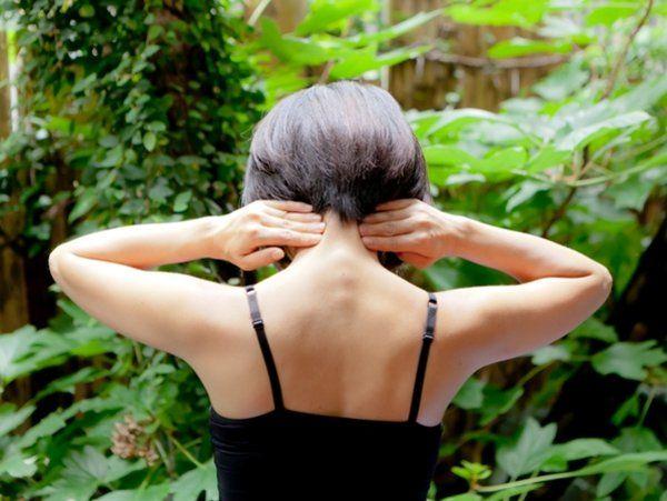 5. 頭の付け根のツボをプッシュ Vol.10 頭痛・肩こりを解消する首と肩のマッサージ