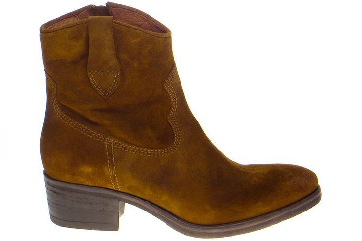 Deze suède boots van Via Vai zijn stoere klassiekers die je het hele jaar door kunt dragen! Draag deze cognackleurige cowboy boots om de western look binnen een handomdraai onder de knie te hebben. Voor €149,95 haal jij deze basic western boots in huis! #viavai #viavaishoes #westernboots #westernshoes #cowboyboots #cowboyshoes #TopShoeNL #webshop