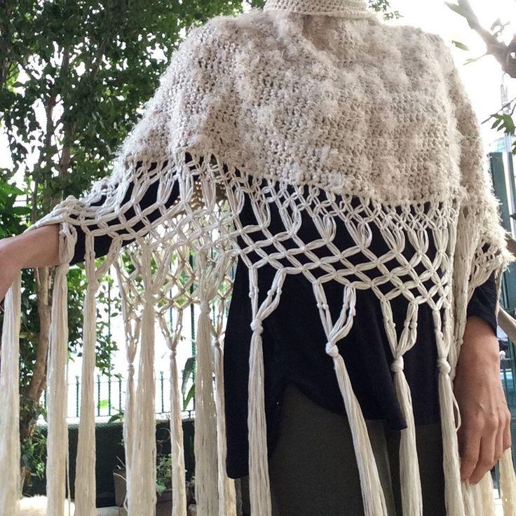 poncho de crochet, com lã macia e quentinha, importada. <br>Detalhe da franja, bem longa trançada em macramê. <br> <br>Peça única e linda!!!
