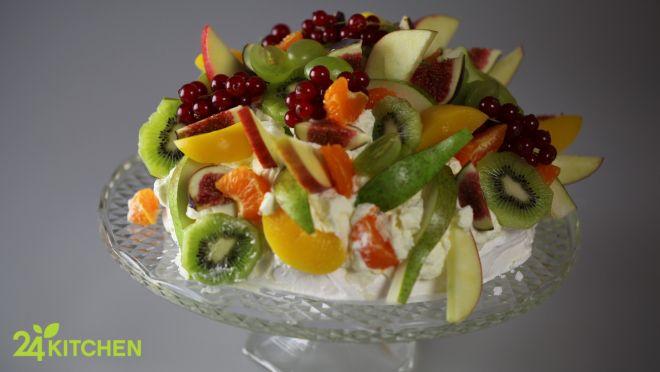 Hafif bir mereng, üstünde enfes krema ve rengarenk meyveler… Mayhoş, tatlı; yumuşak ve gevrek bir arada, muhteşem bir uyum içinde…   #gununtarifi: Meyveli Çıtır Mereng Pastası