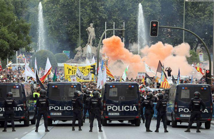 Foto: La manifestación de los taxistas, ayer, en Madrid. (Ballesteros / EFE)