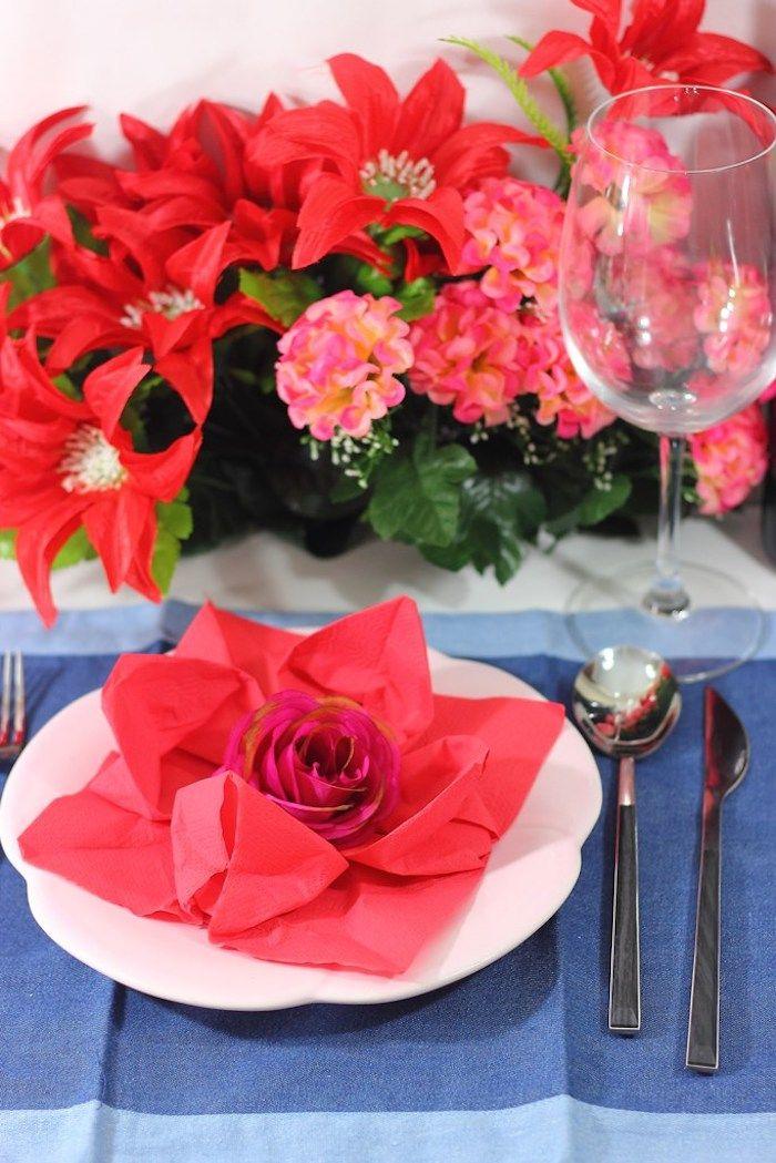 pliage serviette fleur, nappe de table rectangulaire en bleu, serviette origami rouge avec petite rose au centre