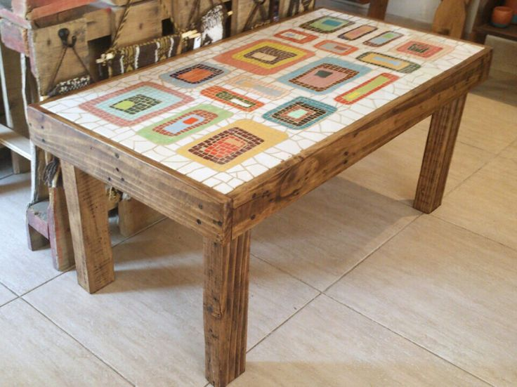 Mesa de living con t cnica de mosaiquismo y madera de - Mesa madera reciclada ...