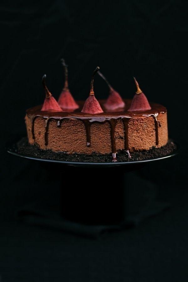 Sernik z gorzką czekoladą, czerwonym winem i gruszkami