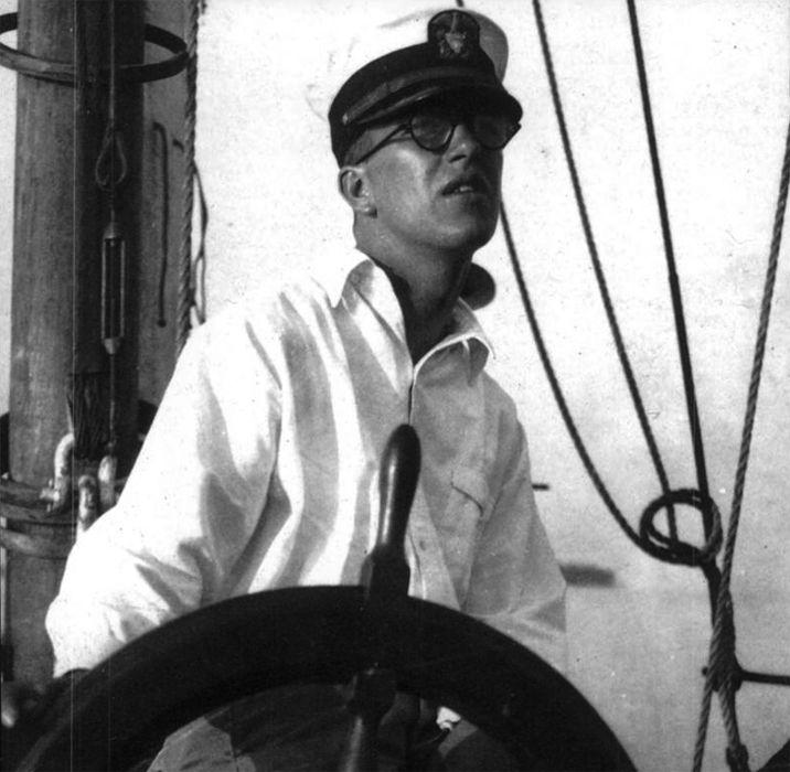 Ричард Бакминстер Фуллер управляет патрульным судном, 1917 год.