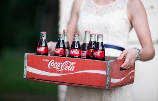 des vieilles caisses en bois avec bouteilles en verre coca