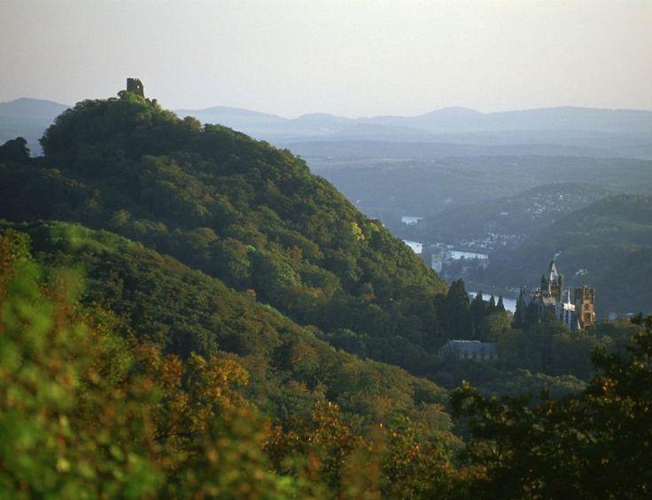 Der Drachenfels mit Burgruine und Schloss Drachenburg im Siebengebirge, © Rheinsteig-Büro