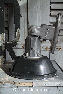 © Esprit de Famille I brocante en ligne I déco vintage industrielle  www.espritdefamille.co  lampe industrielle 66€90, brocante, déco industrielle, objet industriel, déco brocante