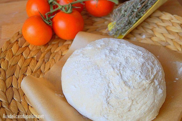 Après la pâte magique qui est vraiment parfaite pour les pizzas, celle ci est devenue ma pâte fétiche de tout les temps, une pâte à pizza facile et surtout