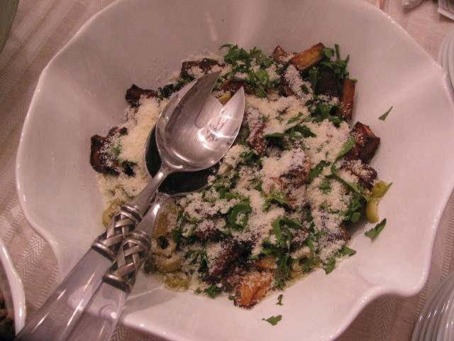 Zeytinli Patlıcan Salatası  -  Pınar Ergen #yemekmutfak.com Zeytinli patlıcan salatası her ikram ettiğimde hemen biten ve en çok beğenilen salata tarifimdir. Meze gibi servis yapabileceğiniz bu salatayı bir gün önceden hazırlayıp buzdolabında bekletirseniz daha lezzetli oluyor.