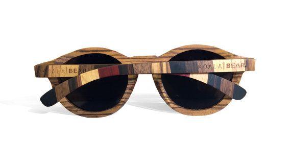 Utilizzando i migliori legni e artigianalità gli occhiali di legno Zebrano KOALA BEAR re-inventare la forma del classico gatto-occhio per il 2016.  La forma dellannata adotta un approccio contemporaneo al design in risposta ai crescenti problemi della sostenibilità. Fatti a mano ogni pezzo di legno ha un grano unico e nuovi tweaks di progettazione per il 2016 abilitato per un braccio a strisce elegante che unisce una varietà di legni diversi. Ciò che rende un regalo davvero unico, ideale per…