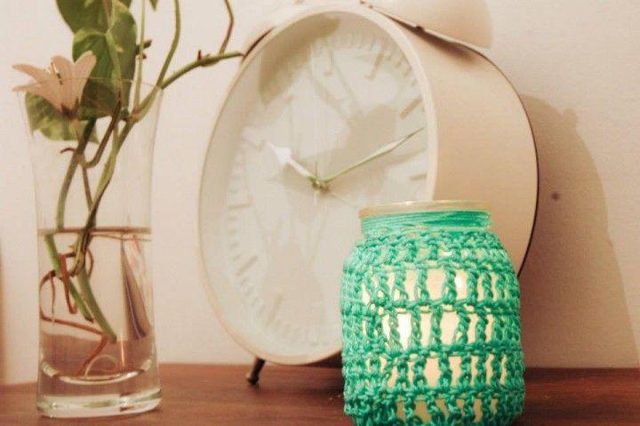 Frasquito de vidrio de 9cm. de alto, tejido de hilo peruano color natural o colores a elección. Detalle de manijita de bolsa de cartón.  Porta velas, lápices, pinceles, agujas de crochet o florero.