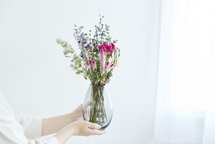 それはきっとシンプルで、手になじんで、やさしいもの。    今年は小さな花器と、あたたかなドライフラワーをセットで贈るのはいかがでしょう。