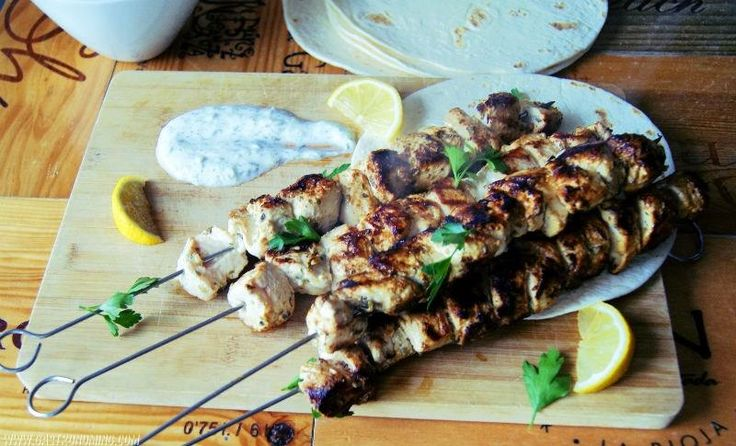 Souvlaki de pollo con salsa tzatziki