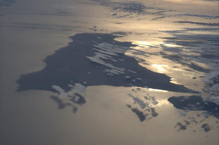 """""""Questa immagine mi ha colto di sorpresa... mi sono girato, ed era lì"""". Da qualche centinaio di chilometri sopra il tetto di casa sua, l'astronauta italiano, a bordo della Stazione spaziale internazionale dal 28 maggio, ha pubblicato questa meravigliosa fotografia dell'isola e dello"""