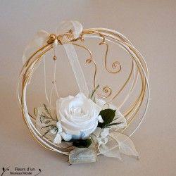 Porte alliances création artisanale au charme délicat réalisé en véritables fleurs naturelles stabilisées pour un mariage au thème champêtre et naturel
