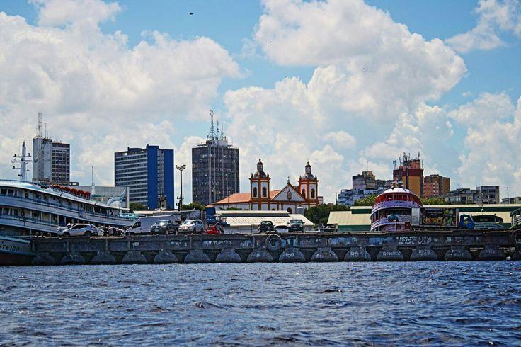 Orla   de Manaus,  visão a partir do Rio Negro,  pode se ver  a Catedral de Manaus.