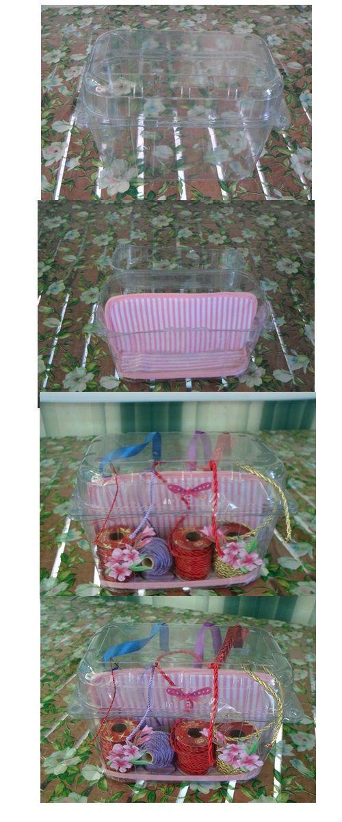 Fatto riciclo con un semplice contenitore di plastica di frutta con fori. Un porta oggetti. Io ho scelto di metterci dei cordoncini e nastri di raso.
