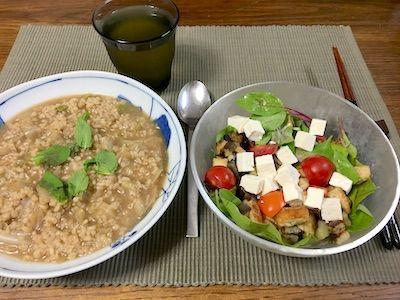 ヴェルツィ・エ・リゾ キャベツをじっくり蒸し焼きにして玄米を加えてひたすら煮込みます。他のリゾットと違うのはオイルで炒める工程が無いことです。サラダには、茄子と湯葉のロースト、ミニトマト、お豆腐が入ってます。
