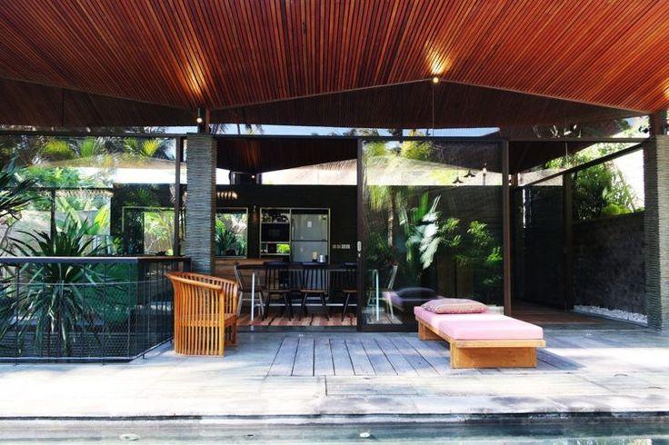 terrasse bois exotique, lit de plage en teck, fauteuil en bois ajouré