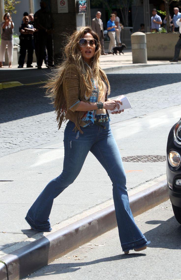 Jennifer Lopez è un'amante della prima ora del genere anni 70: a lei dobbiamo il ritorno del glamour Seventies. Anche in questa occasione non si tira indietro e assembla un outfit con pantalone a zampa in stile Indiano d'America, con frange, turchesi, perline e placche d'argento. Ottimo il platform per sostenere e allungare la figura  -cosmopolitan.it