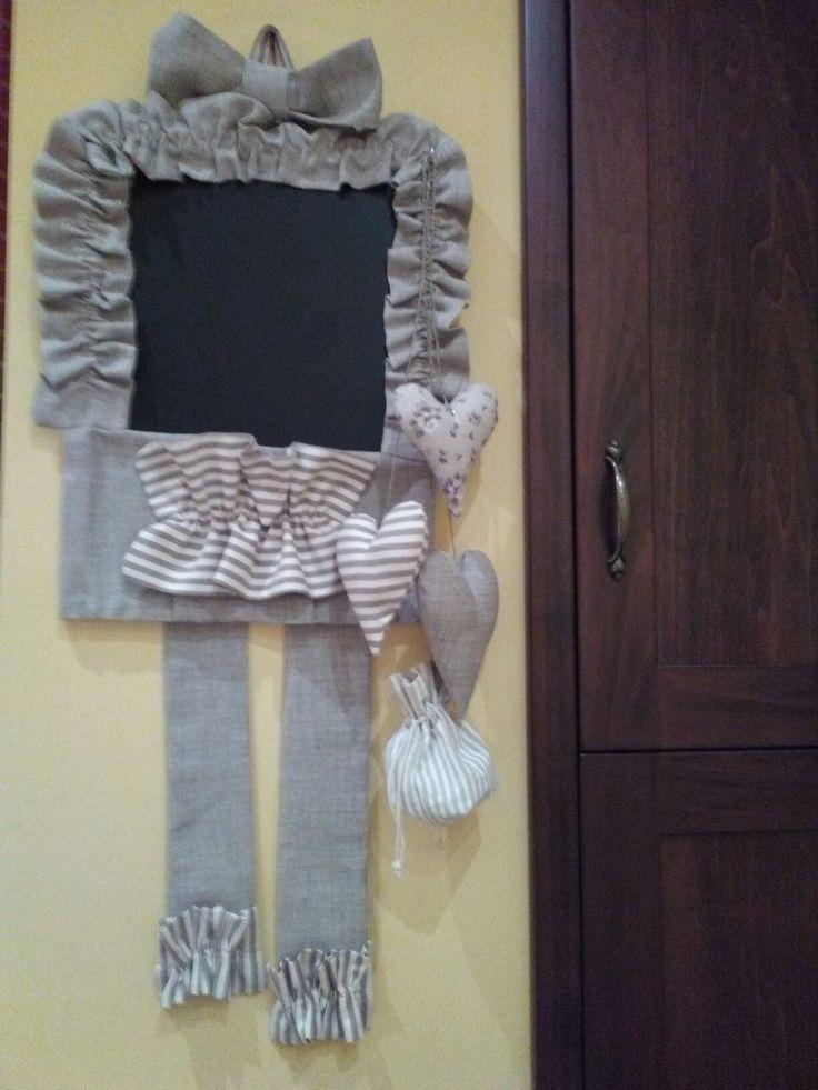 Lavagnetta con tasca e cuoricini pendenti realizzata con stoffa in stile country