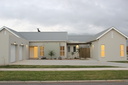 Modern Farm style house, 4 bedrooms, 3 bathrooms, open plan kitchen, dining room, lounge, separate family room, braai, patio - R2 750 000