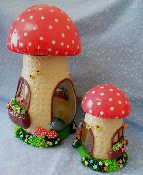 Potes decorados - cogumelos  2 potes - 1 grande altura 32 cm  e 1 pequeno altura 17 cm      O tempo de produção pode variar de acordo com a disponibilidade de datas . R$ 135,00