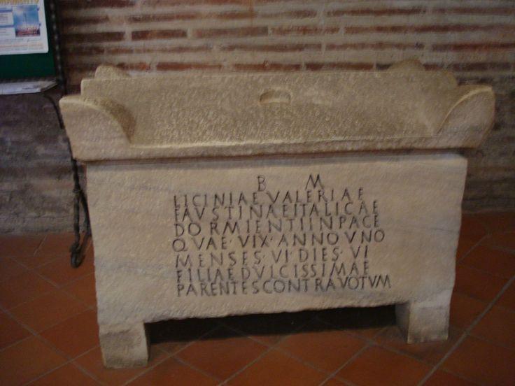 Sarcofago alto medioevale. Chissà se Domiziana e Neheram riposano qui?