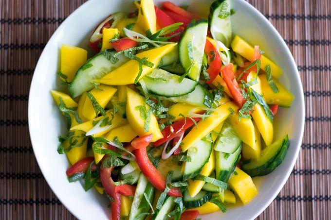 Recept: mangosalade met komkommer en paprika! Superlekker als bijgerecht, maar je maakt er ook heel simpel een hoofdgerecht van. Deze mangosalade maak je zo: